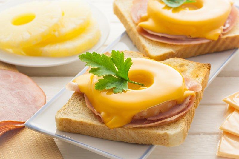 Невероятно аппетитные и очень вкусные горячие бутерброды в духовке помогут справиться с голодом за считаные минуты