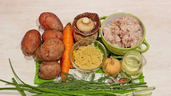 Продукты для супа с фрикадельками и лапшой на столе