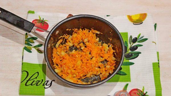 Овощная зажарка из лука и моркови в сковроде