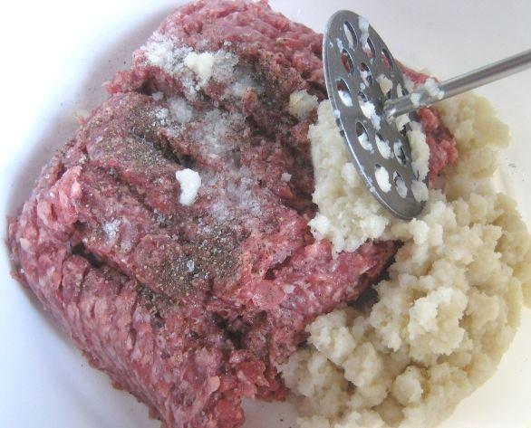 Мясной фарш с размоченным хлебом, солью и чёрным молотым перцем