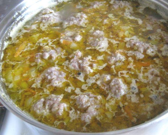 Суп с фрикадельками в большой металлической кастрюле