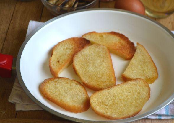 Обжаренные ломтики белого хлеба в белой тарелке