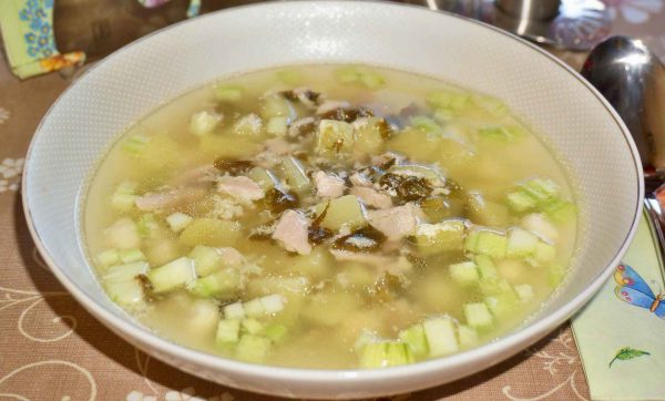 Суп с щавелем, яйцами и кабачком