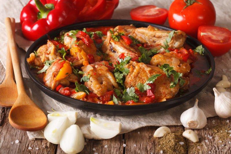 Чахохохбили по-грузински - невероятно аппетитное блюдо, которое непременно придётся по вкусу всем любителям курицы