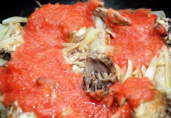 Обжаренная курица, луки и томатное пюре