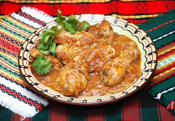 Чахохбили из курицы по-грузински в порционной тарелке на столе