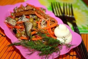 Аппетитный салат из шпрот - возможность украсить стол необычным и очень вкусным блюдом