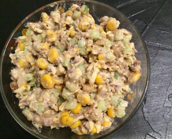 Салат из шпрот со свежим огурцом, сухариками и кукурузой