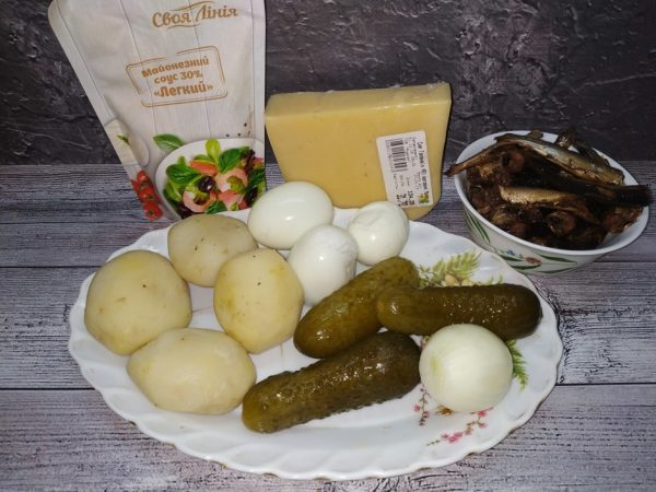 Продукты для приготовления слоёного салата со шпротами на столе