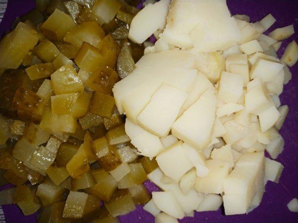 Нарезанные мелкими кубиками солёные огурцы и отварной картофель
