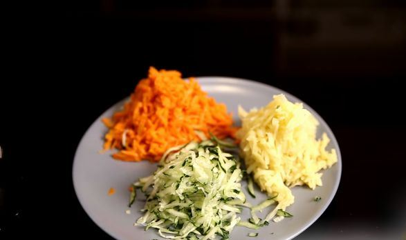 Натёртые на тёрке овощи на тарелке