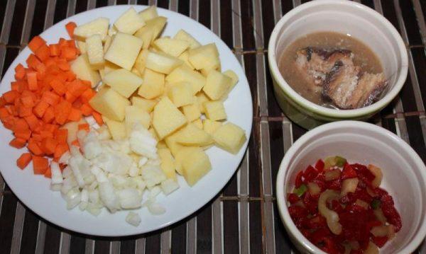 Нарезанные овощи и консервированная рыба на столе