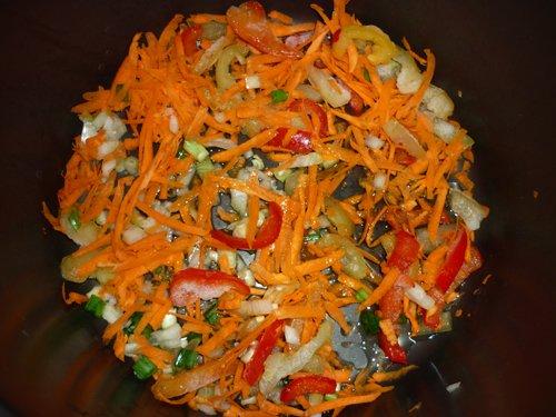 Репчатый лук, морковь и болгарский перец в чаше мультиварки