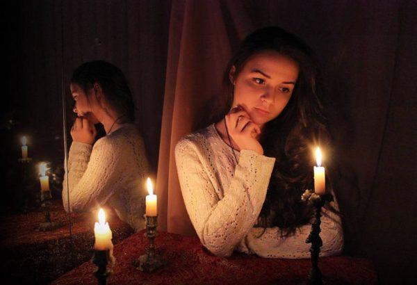Девушка со свечой перед зеркалом