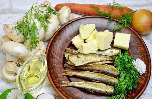 Продукты для приготовления паштета из шпрот с морковью и грибами