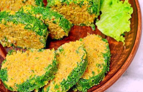 Порционные кусочки паштета из шпрот с морковью на тарелке с листом салата