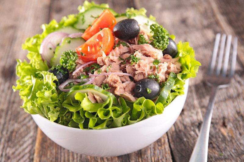 Удивите близких кулинарным мастерством - приготовьте аппетитный и вкусный салат с консервированной сайрой