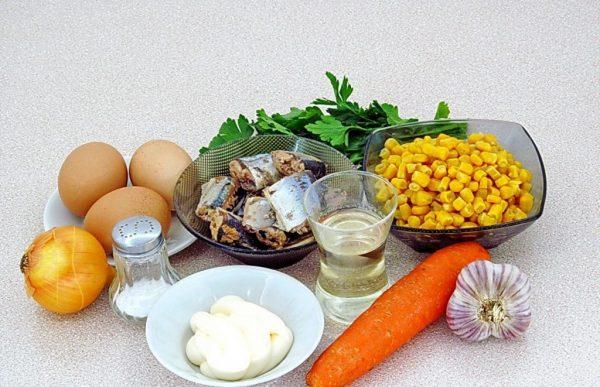 Продукты для салата с консервированной рыбой и кукурузой