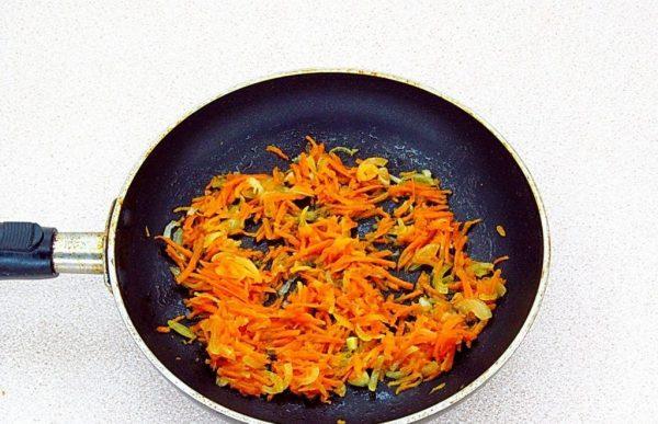 Обжаренный лук с морковью в сковороде
