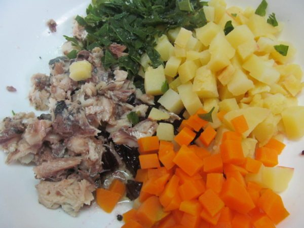 Подготовленные продукты для рыбного салата с картофелем и свёклой