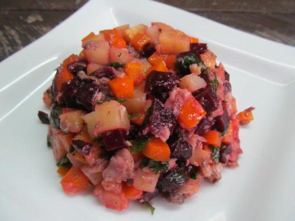 Салат с консервированной рыбой и свёклой без майонеза на тарелке
