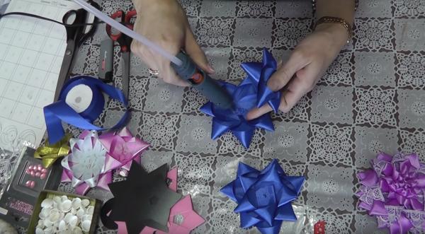 Как сделать подставку-цветок из атласных лент: этап 5