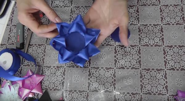 Как сделать подставку-цветок из атласных лент: этап 7