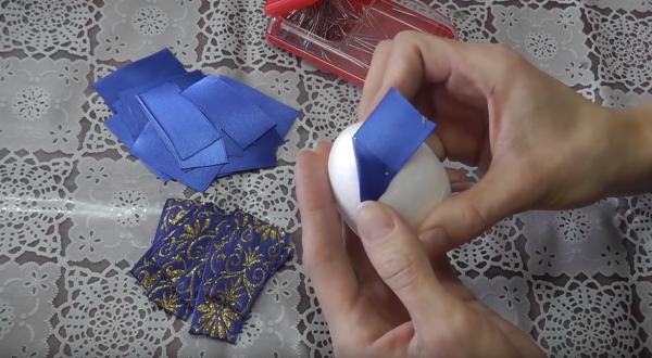 Как сделать пасхальное яйцо из атласных лент в технике «артишок»: этап 5