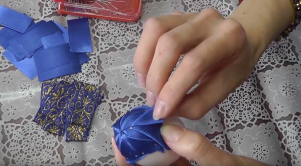 Как сделать пасхальное яйцо из атласных лент в технике «артишок»: этап 11