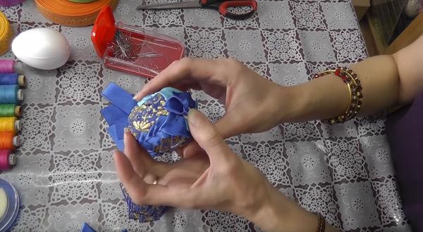 Как сделать пасхальное яйцо из атласных лент в технике «артишок»: этап 14