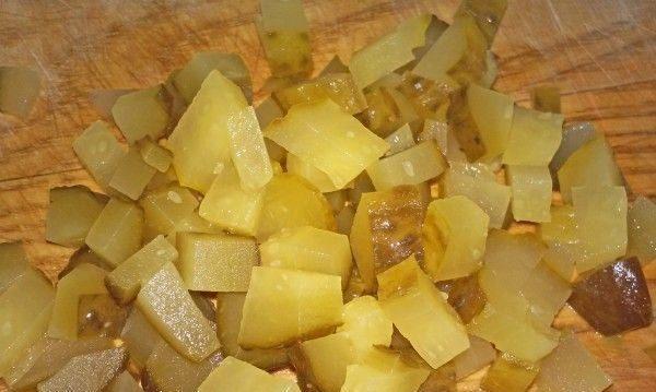 Нарезанные мелкими кубиками солёные огурцы