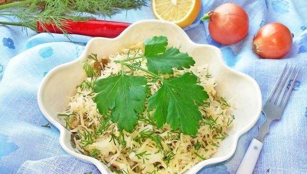 Салат с консервированной рыбой и сыром в красивом салатнике на сервированном столе