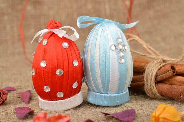 Пасхальные яйца из атласных лент, украшенные стразами