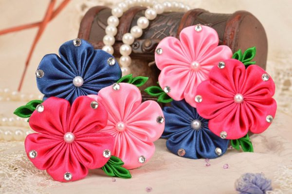 Цветы из атласных лент