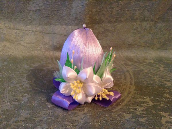 Пасхальное яйцо из атласных лент, украшенное большим цветком в стиле «канзаши»