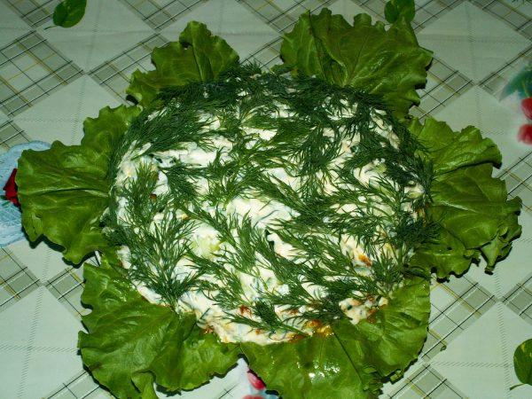 Рыбный салат на салатных листьях со свежим укропом
