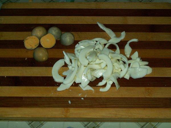 Нарезанные полосками варёные яичные белки и желтки на разделочной доске