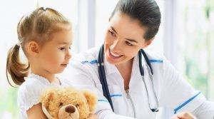 Врач улыбается маленькой пациентке