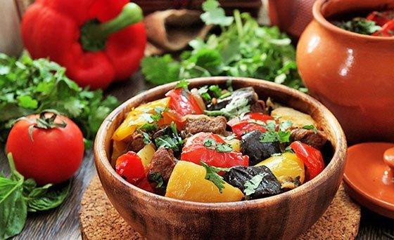 Чанахи с говядиной и овощами в порционной тарелке на столе