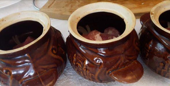 Керамические горшочки с мясом и репчатый луком