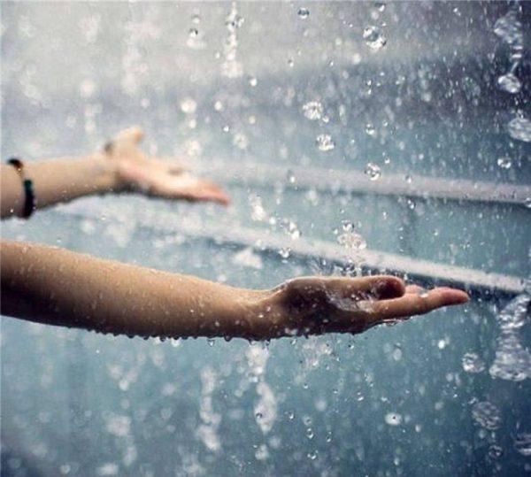 Руки под дождём
