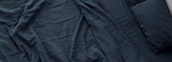 Мятое постельное бельё в чёрном цвете