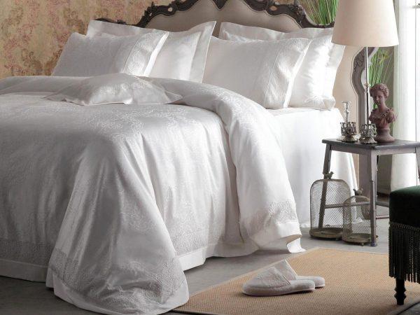 Красивое постельное бельё на кровати