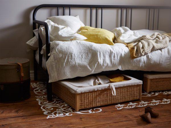 Неглаженное постельное бельё на кровати