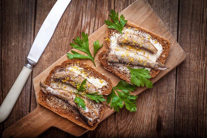 Ароматные и вкусные бутерброды со шпротами никого не оставят равнодушным