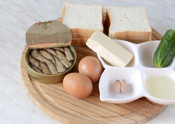 Продукты для приготовления бутербродов со шпротами , свежим огурцом и плавленым сыром
