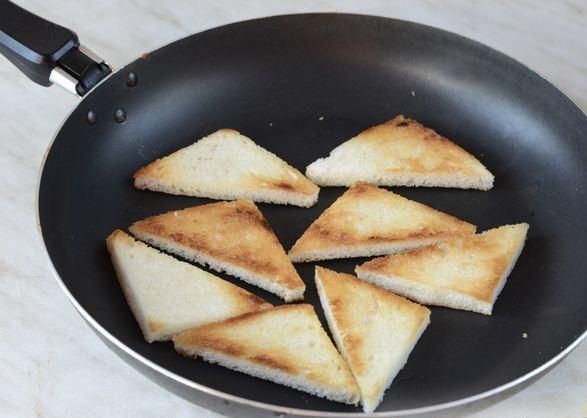 Поджаренные ломтики белого хлеба в сковороде