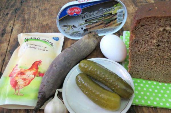 Продукты для приготовления бутербродов со шпротами и свекольным салатом на столе