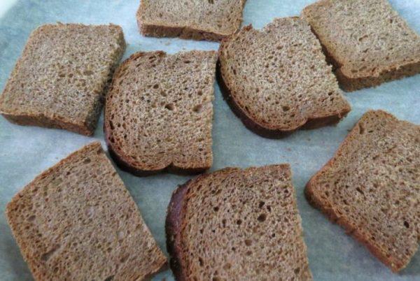 Кусочки ржаного хлеба на столе
