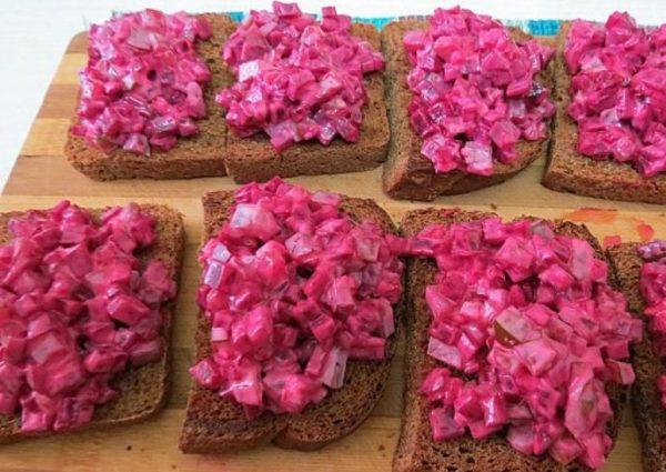 Свекольный салат на кусочках ржаного хлеба